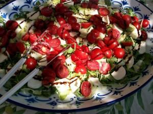 Bunte Salatplatte mit geräuchertem Fisch