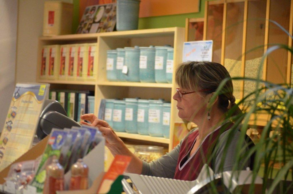 Midi (Maria) bei der Arbeit an der Theke