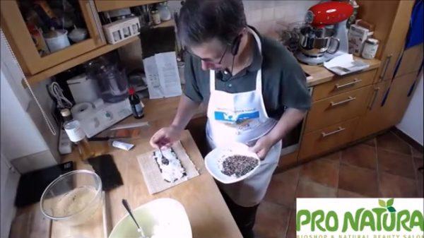 Sushi Insideout mit Sesam bestreuen
