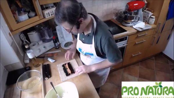 sushi insideout zutaten auf noriblatt legen
